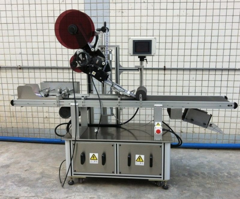 China Mașină de etichetare de top pentru mască / cutie de carton / saci de hârtie, aplicator de etichetă de suprafață plană furnizor
